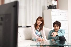テレビを観るカップル