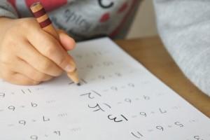 算数の勉強をする子ども