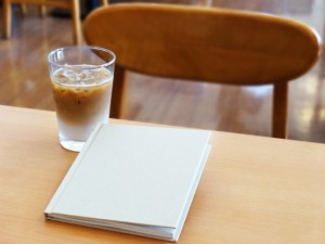 カフェオレとテーブル