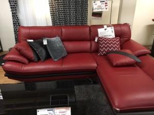 写真③イケアの赤いソファ